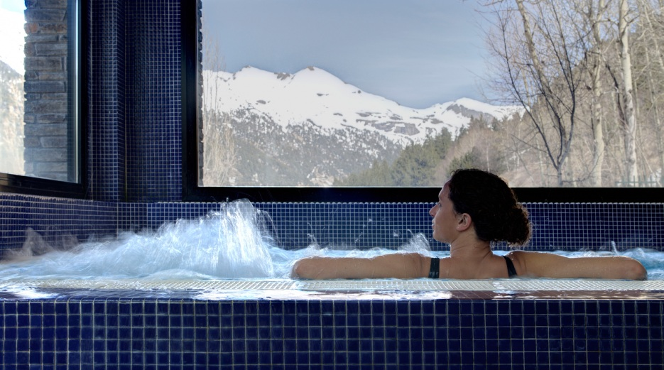 jacuzzi with moutain views